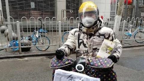 二十五岁的中学实习物理老师吴悠在武汉封城后的一个多月,骑着电瓶车为网上求助者特别是一些孤寡老人义务送药。(Public Domain)