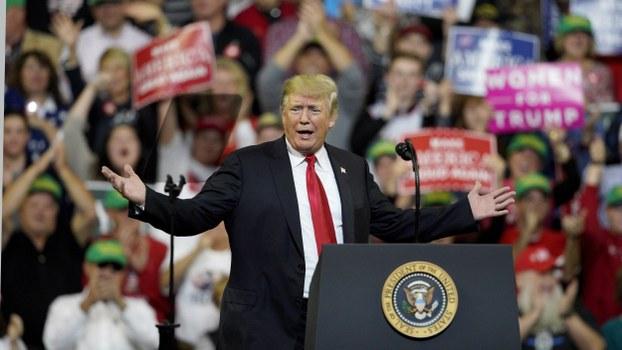 """美国总统特朗普在2018年一场名为""""让美国再次伟大""""的聚会中。(美联社)"""