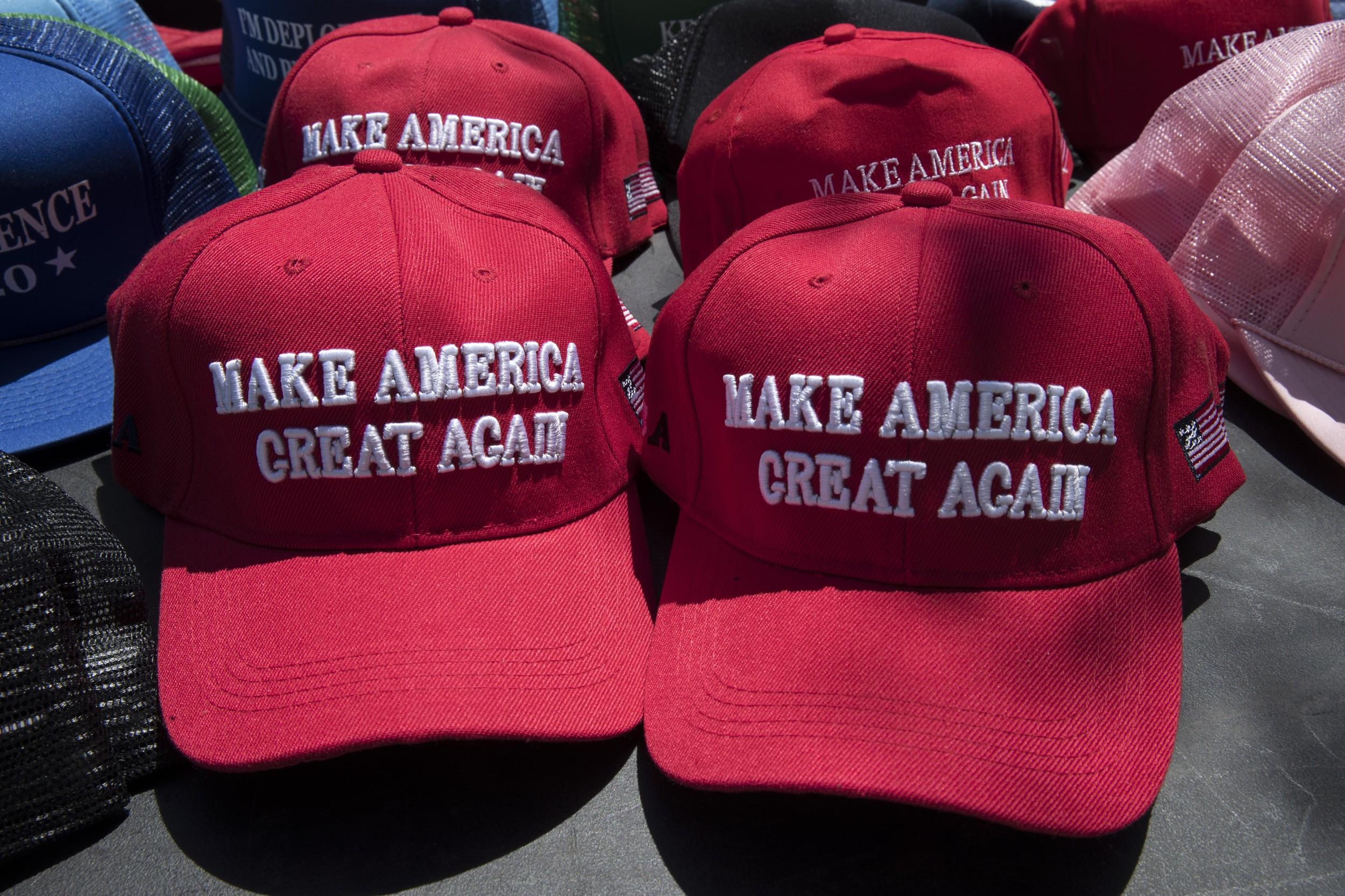 """正在展示的写有""""让美国再次伟大""""的帽子。(美联社)"""
