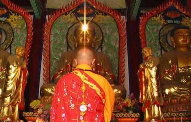 """""""活佛""""是汉人对藏传佛教转世修行者的俗称,这种称呼在佛教教义上说不通。藏语称呼转世修行者为""""仁波切"""",意思是珍宝,而不是活着的佛。不过连中国的国家宗教事务管理局发布正式条令都用""""活佛""""称呼,这里便当做约定俗成来使用。(public domain)"""