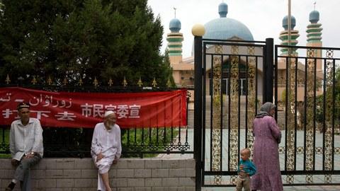 资料图片:维吾尔族居民聚集在新疆省阿克苏市的一座清真寺外。(美联社)