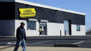 一名男子走过美国最大的地板零售商林木宝公司(Lumber Liquidators,LL)的一家商店。(美联社)