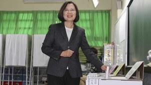 台湾总统选举候选人蔡英文在投票。(美联社)