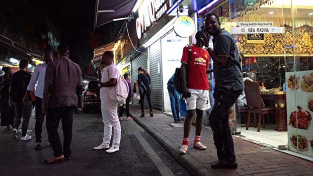 """2018年3月广州中心城区名为""""小非洲""""的街道上一些非洲籍人士。(AFP/Getty Images)"""