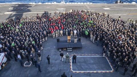 """2019年12月15日,时任美国海军""""罗斯福""""号航母舰长布雷特·克罗泽在对舰队官兵讲话。(美联社/资料图片)"""
