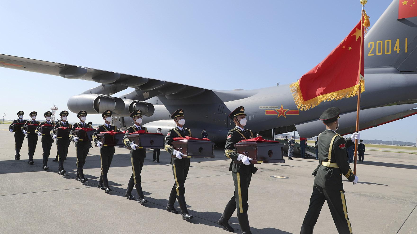 2020年9月27日,中国解放军仪仗队接受从韩国来的朝鲜战争中的解放军骸骨。(美联社)