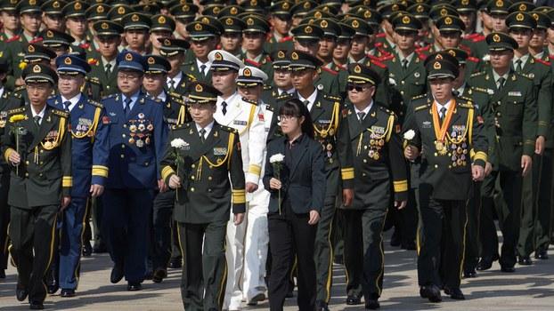 2020年9月30日中国解放军代表向人民英雄纪念碑致敬。(美联社)
