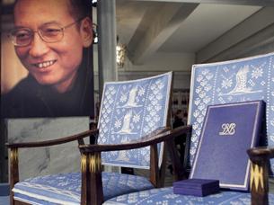 """图片:2010年度的诺贝尔和平奖颁奖典礼,主办方为刘晓波设置了""""空椅子""""。(资料图片/法新社)"""