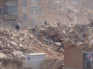 图片:刘淑香葬身的长影宿舍楼瓦砾(居民拍摄上传/丁小)