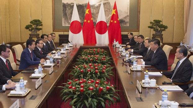 中国国家主席习近平(右二)和日本首相安倍晋三(左二)等人在举行会谈。(美联社)