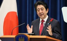 """日本首相安倍晋三在迎来2016年的时刻,发表了新年贺词表示,""""新的一年要成为朝着未来,勇敢挑战的一年。""""安倍谈到就任下届日中韩首脑会谈中担任东道主等事情,并表示:""""肩负维护世界和平与稳定的重责。"""""""