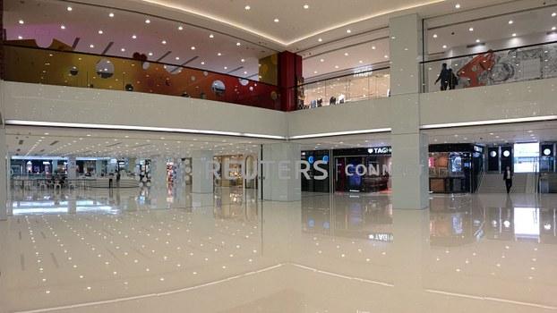中国爆发的新冠病毒疫情已对香港经济造成冲击。图为,2020年2月8日,香港一商场中心内空空荡荡。(路透社)