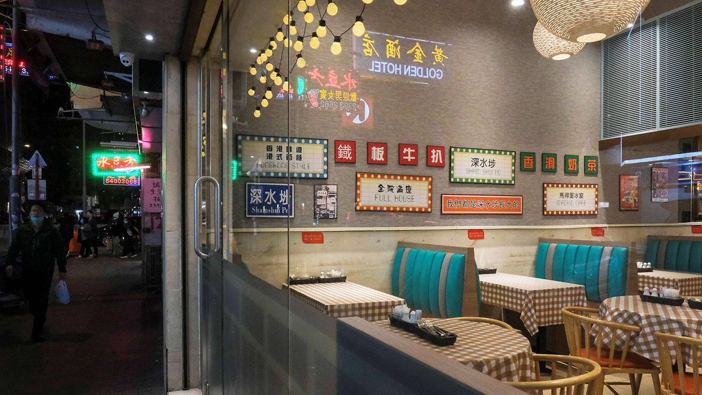 2020年2月17日,香港在新的冠状病毒爆发后,一名男子走过空荡荡的餐厅。(路透社)