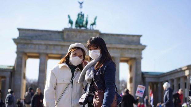 图为,2020年3月14日,来自香港游客站在德国柏林勃兰登堡门前。(美联社)