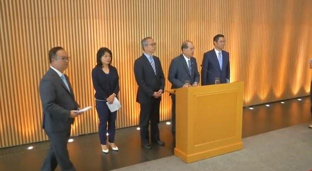 2019年7月26日,香港布政司司长及其他官员在媒体发布会上。(视频截图/路透社)