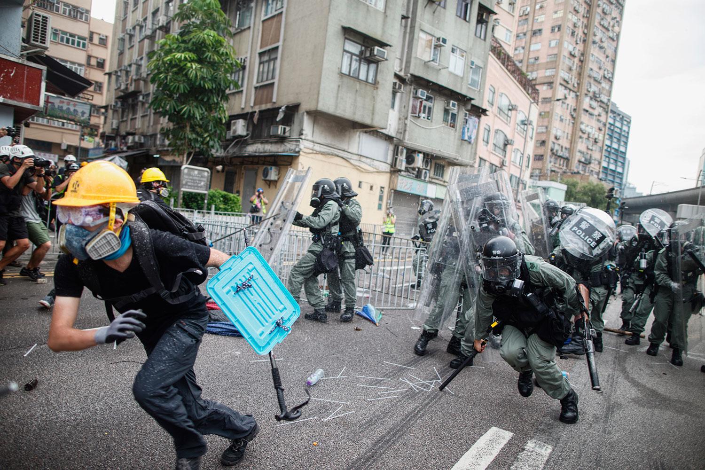 2019年7月27日,香港元朗游行警察示威者再爆冲突,图为一名示威者在元朗区逃离警方的袭击。(美联社)