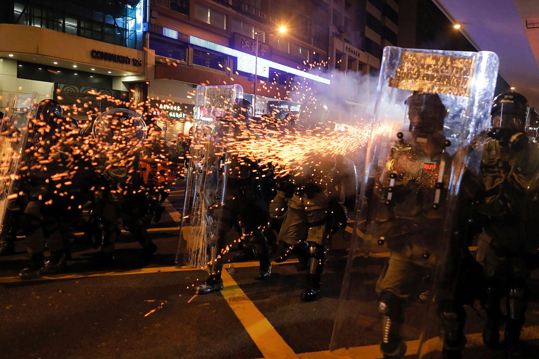 2019年7月28日,香港防暴警察向抗议者发出催泪弹。(美联社)