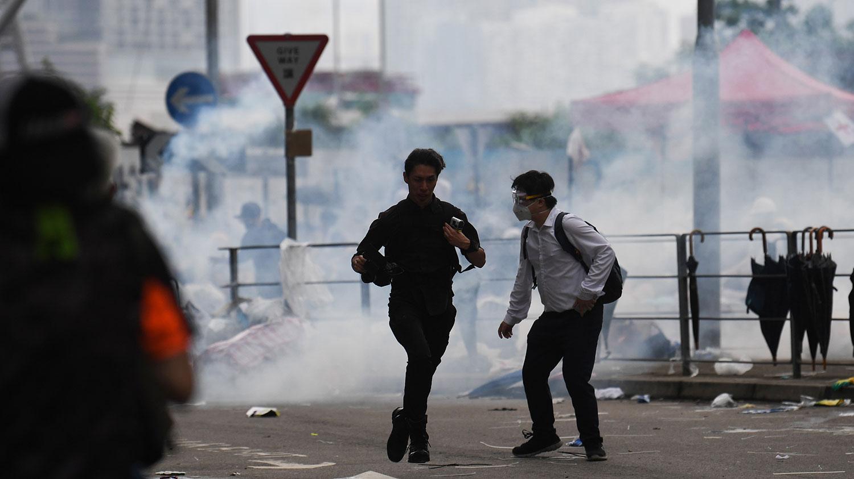 2019年6月12日,在香港政府总部外举行反送中集会期间,警察向示威者发出催泪弹。(法新社)