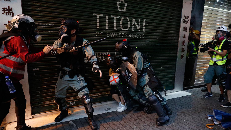 2019年10月6日,香港警察逮捕抗议者。(美联社)