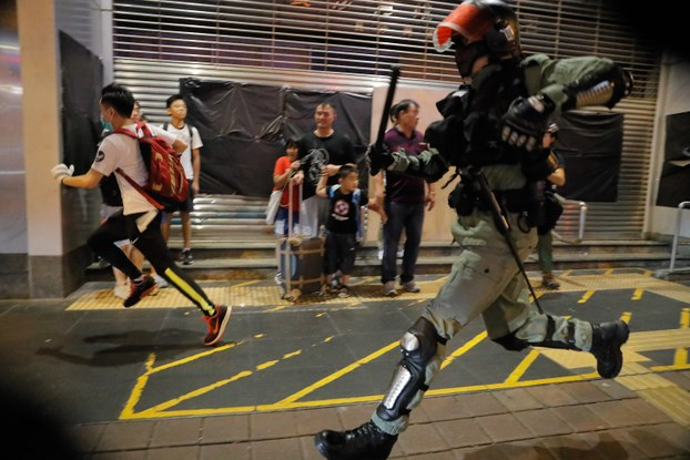 2019年10月13日,香港警察追捕一名抗议者。(美联社)