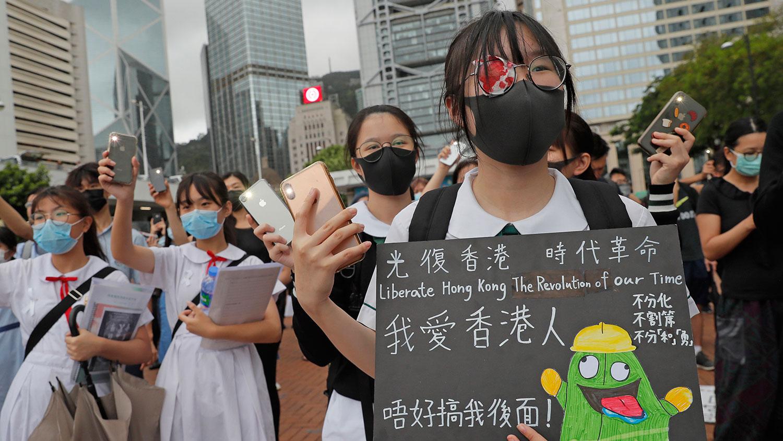 """2019年9月2日,香港的""""反送中""""运动,多个中学和大专院校相继发起罢课,并以""""罢课不罢学""""为原则,继续表达年轻人的声音。(美联社)"""