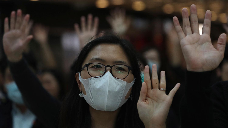 """2019年11月21日,港民在国际金融中心商场举手示意""""五大诉求 缺一不可""""。(美联社)"""