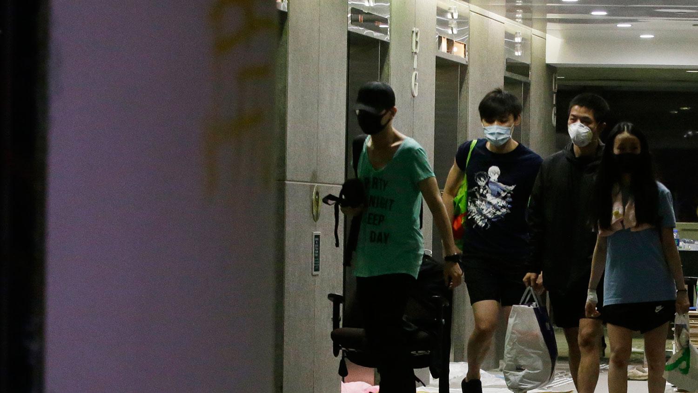 2019年11月22日,示威者在香港理工大学校园内。(美联社)