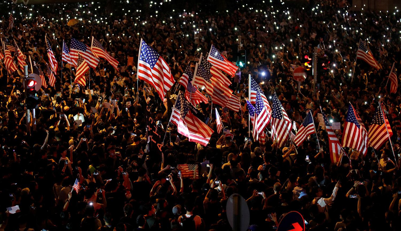 2019年10月14日晚,美国国会即将审议香港人权民主法案,示威者在中环遮打花园举行造势大会。(路透社)