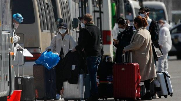 2020年3月17日,来自其它国家的乘客抵达中国后在北京国际贸易中心接受检查。(美联社)