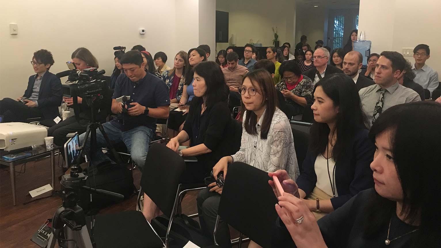 """2019年9月19日,华盛顿""""全球台湾研究所""""举办《分域大道》纪录片放映会,逾一百人参会,向""""香港众志""""秘书长黄之锋,独立歌手何韵诗提问。(记者薛小山摄影)"""