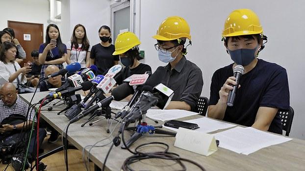 """2019年8月6日举办""""人民新闻发布会""""的香港年轻人(美联社)"""