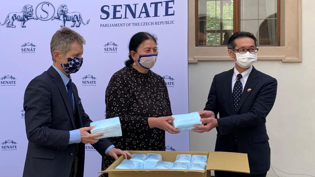 2020年4月15日,捷克参议院议长维特齐(左)在台湾口罩的捐赠仪式上。(图:驻捷克台北经济文化代表处官网)