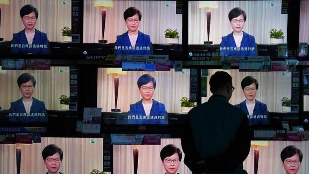 2019年9月4日,市民观看电视播放的特首林郑月娥宣布撤回修订逃犯条例的电视讲话。(美联社)