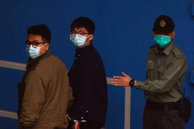 2020年11月23日,黄之锋和林朗彦,由囚车送往荔枝角收押所,二人被手铐扣在一起,在进入收押所前。(路透社)