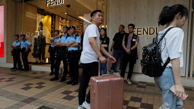 中国政府在香港实施国安法后,许多香港人基于人身安全考量而计划离开香港(美联社资料图)