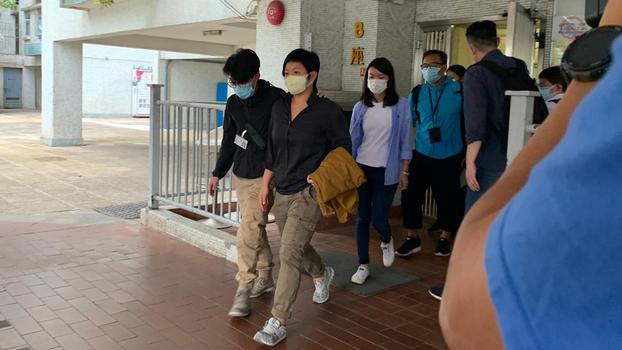 2020年11月3日,港警登门拘捕香港电台电视部编导蔡玉玲,并搜查其寓所。(郑日尧摄)