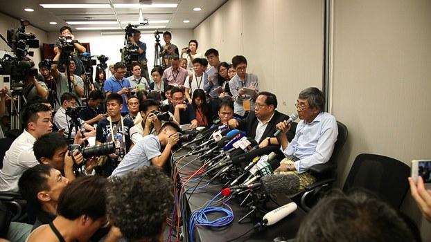 铜锣湾书店店长林荣基召开记者会谈被扣留详情。(陈槃拍摄)