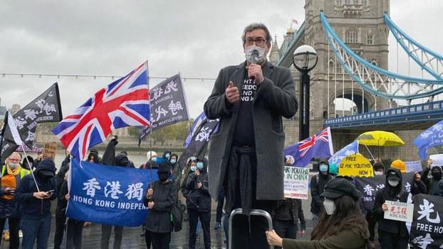 2020年10月24日,英国保守党人权委员会副主席罗杰斯(Benedict Rogers)在伦敦塔桥(Tower Bridge)前的集会上呼吁国际社会关注被关押在深圳的12名香港人。(图/Benedict Rogers 罗杰斯@benedictrogers)