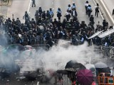 2019年6月12日,香港立法会外防暴警察对示威者发射催泪弹。(法新社)