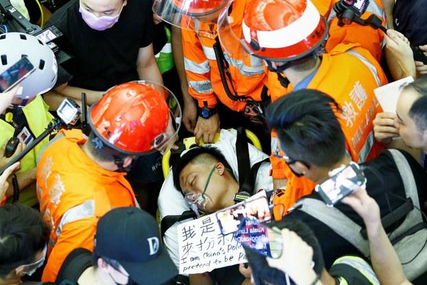 2019年8月13日,在香港国际机场一名受伤的男子称他是来自中国大陆的卧底警察。(路透社)
