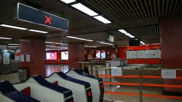 2019年10月8日,香港关闭旺角地铁站。(视频截图/路透社)