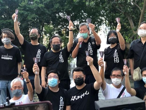 2020年6月4日,香港支联会坚持进入维多利亚公园悼念六四。图为活动现场的李卓人(右三),何俊仁(左三)。(文海欣摄)