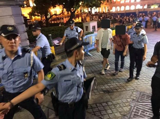 2019年8月20日晚,一场声援香港反送中的默站行动,在澳门知名的喷水池广场遭到大批警察强力排除,有7人被带回警局进一步调查,其中2人被搜到携带反送中贴纸,今晨均已获释未被控罪。(图源:facebook/敢讲香港加油的澳门人@macau.standwithHK)