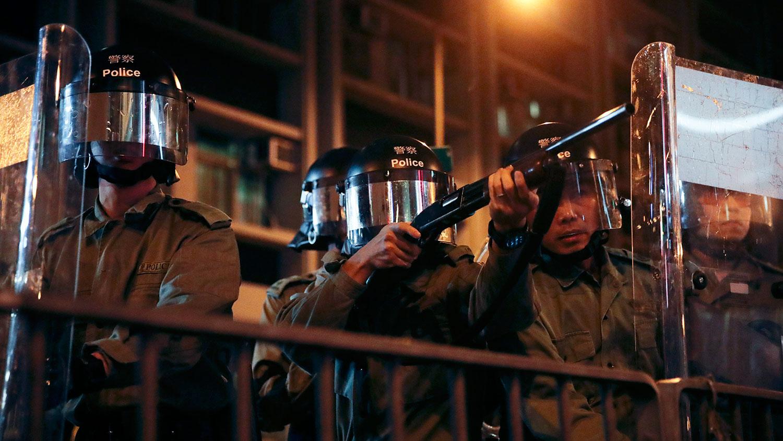 2019年9月4日,香港防暴警察举行一场模拟抗议活动中,警方瞄准旺角警察局外的抗议者。(美联社)