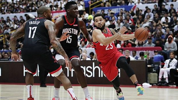 2019年10月8日,休斯顿火箭队(黑色球衣)与多伦多猛龙队在日本进行季前篮球比赛。(美联社)