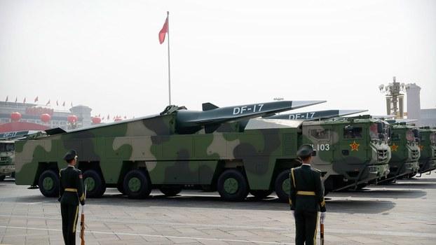 2019年10月1日,中国阅兵首次展示东风-17中近程导弹,号称是全球第一款列装部队并可用于实战的助推-滑翔高超音速武器。(AP)