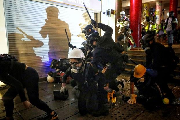 2019年8月11日,香港防暴警察袭击反送中示威者。(美联社)