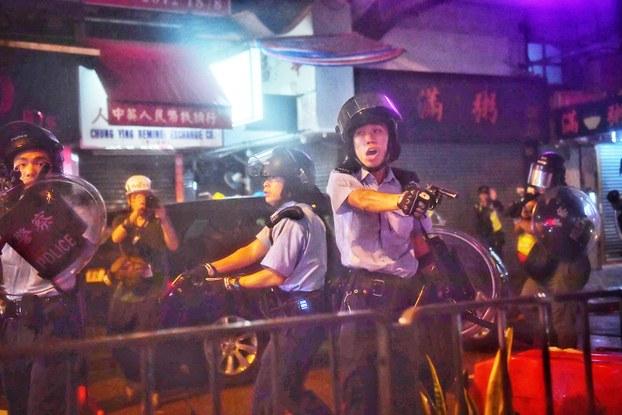 2019年8月25日,港反送中示威触发的暴力事件升级。荃湾一带的游行演变成警民冲突,警察拔枪指向示威者。(法新社)