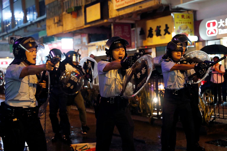 2019年8月25日,港反送中示威触发的暴力事件升级。荃湾一带的游行演变成警民冲突,警察拔枪指向示威者。(路透社)