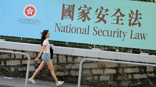 """香港街头的""""国安法""""宣传画(美联社)"""